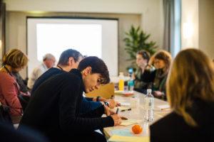 Mitarbeit bei der Session mit Moderationskarten auf dem OERcamp Ost in Berlin - Foto von Tilman Vogler für OERde17