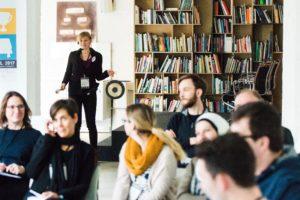 Ende der Session eingeleitet mit dem Gong auf dem OERcamp Ost in Berlin - Foto von Tilman Vogler für OERde17