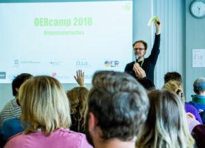 Moderation mit Jöran Muuß-Merholz auf dem OERcamp Süd 2018 - Foto von Simon Hrubesch / OERcamp