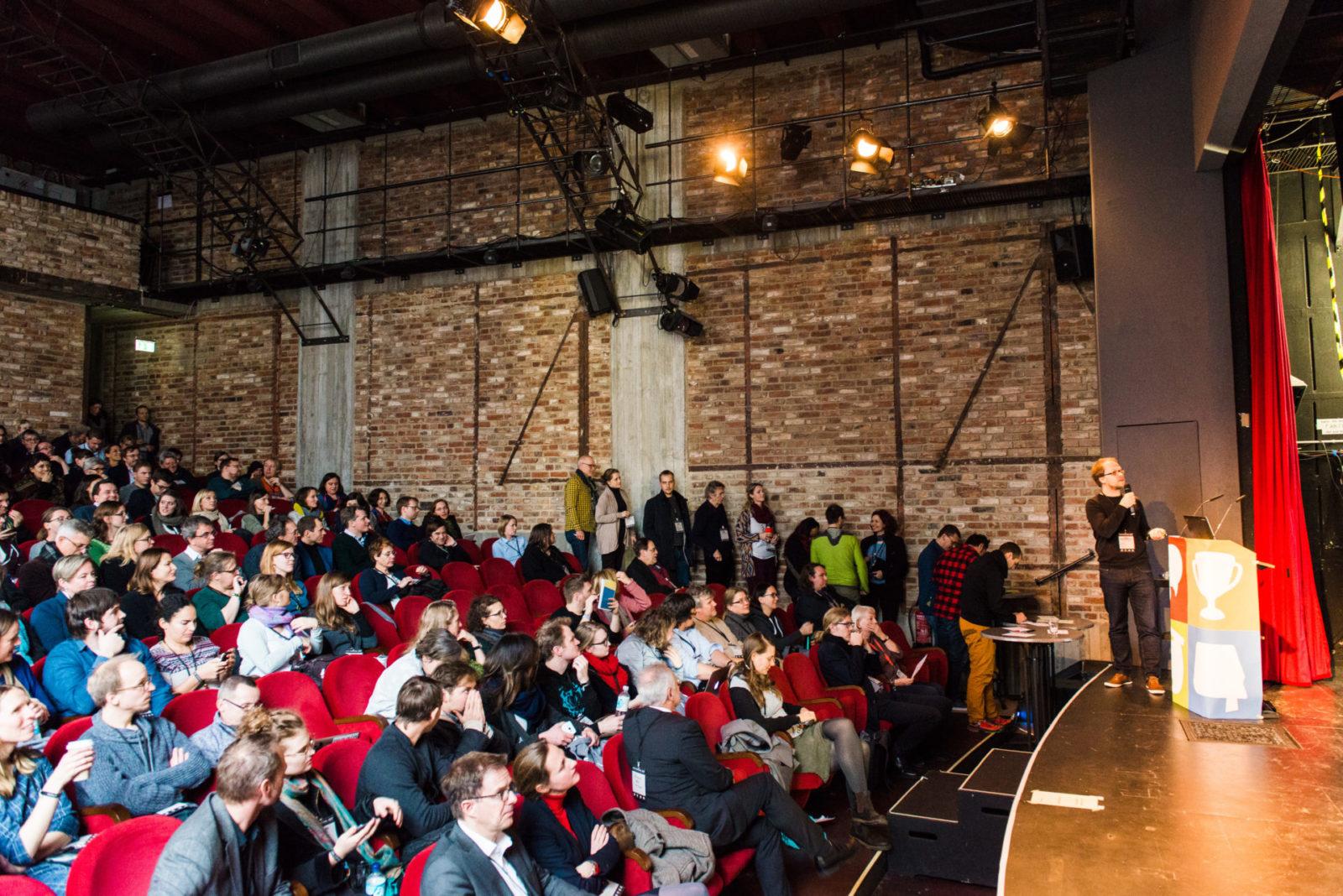Schlange stehen für die Sessionplanung im Kino auf dem OERcamp Ost in Berlin - Foto von Tilman Vogler für OERde17