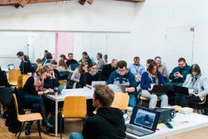 hands on in der Session - Ausprobieren und Arbebiten mit dem Laptop auf dem OERcamp Ost in Berlin - Foto von Tilman Vogler für OERde17
