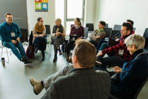 kleine Gruppe in einer Session auf dem OERcamp Ost in Berlin - Foto von Tilman Vogler für OERde17