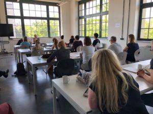 alle sitzen in Reihe bei einer Session auf dem OERcamp Ost 2018 - Foto von Gabi Fahrenkrog / OERcamp