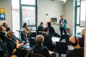Teilnehmer diskutieren in der Session auf dem OERcamp Ost in Berlin - Foto von Tilman Vogler für OERde17