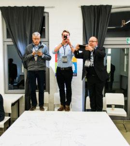 Sessiondokumentation via Smartphone auf dem OERcamp Ost in Berlin - Foto von Tilman Vogler für OERde17