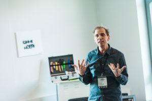 Workshopleiter diskutiert OER auf dem OERcamp Ost in Berlin - Foto von Tilman Vogler für OERde17