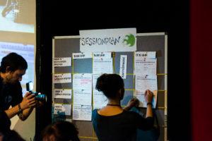 Anpinnen der Sessionvorschläge dokumentiert von Fotograf auf dem OERcamp Ost in Berlin - Foto von Tilman Vogler für OERde17