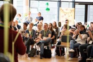 Moderation im Plenum auf dem OERcamp Nord 2018 - Foto von Christopher Dies / OERcamp