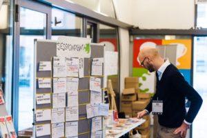 Suche auf dem Sessionplan auf dem OERcamp Ost in Berlin - Foto von Tilman Vogler für OERde17